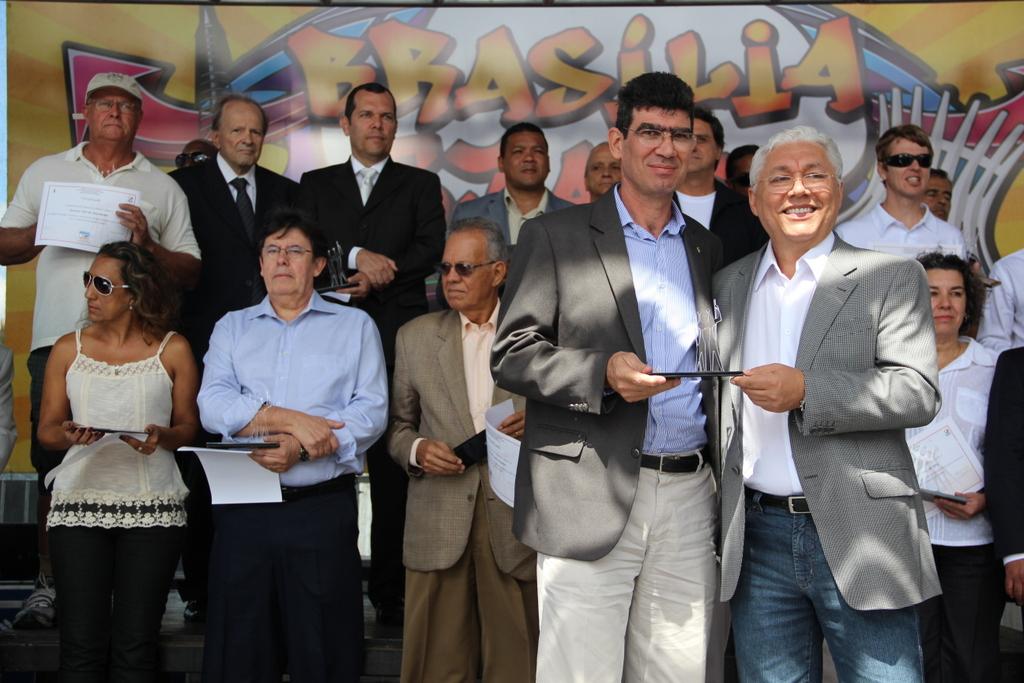 Conciani recebe, das mãos do administrador de Brasília, Messias de Souza, o Mérito Cidadão Candango.